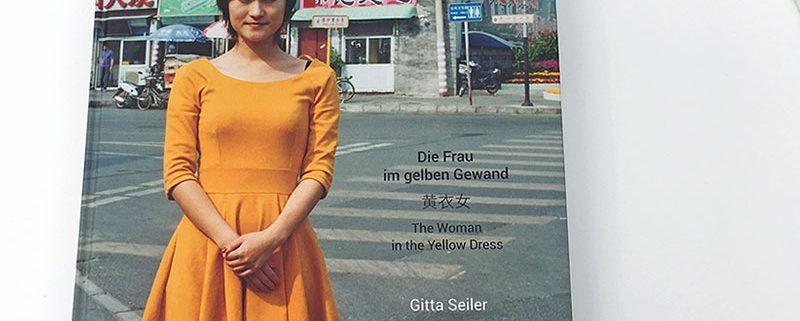 Gitta-Seiler-die-Frau-im-gelben-Gewand-Beitragsbild